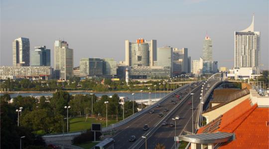 Wiener Skyline mit einem grossem Haus in der rechten Vorderecke des Bildes